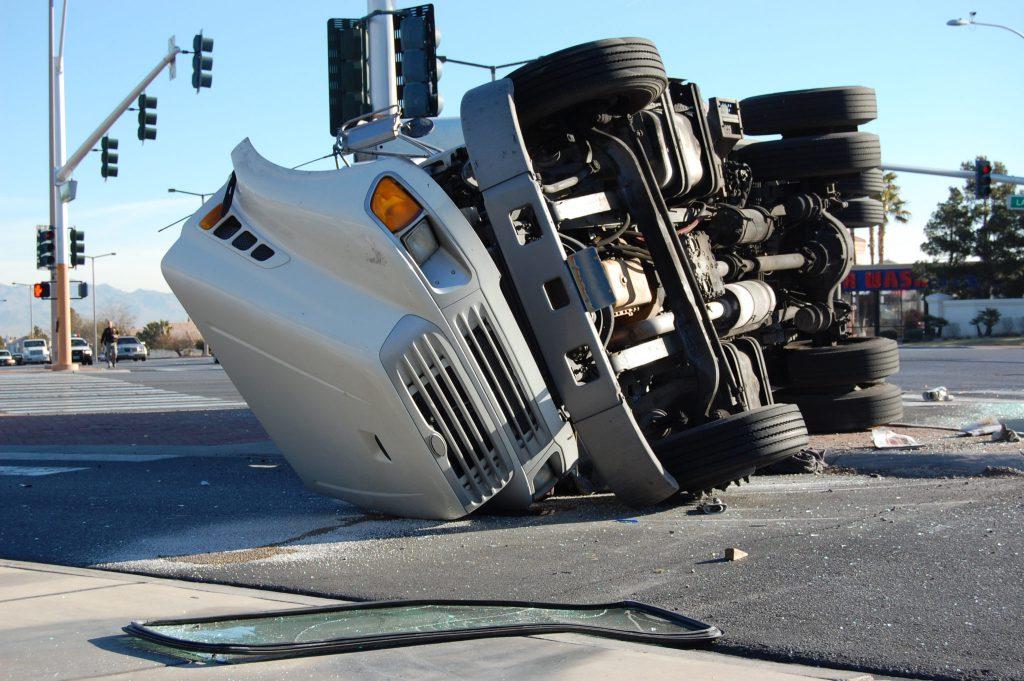 bigstock Overturned Truck 4188645 1024x681 - ¿Cuánto Duran los Casos de Accidentes de Semi Camión en Texas?